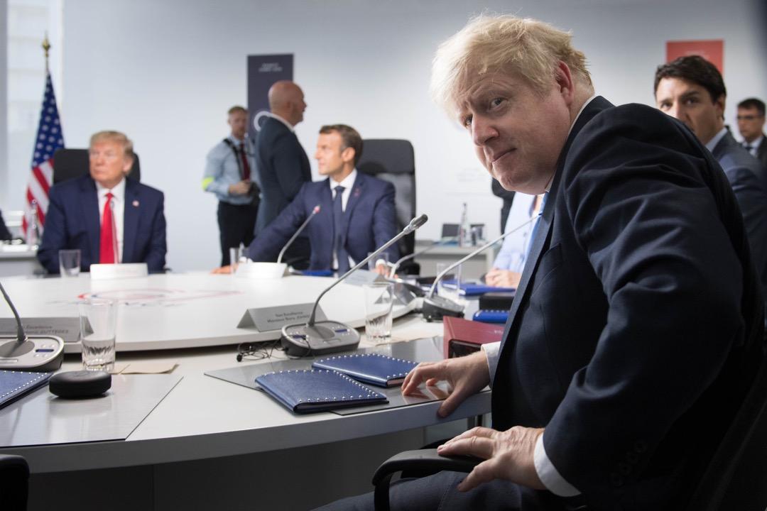 2019年8月26日,英國首相約翰遜在G7峰會上參與一個有關全球氣候變化的工作討論。