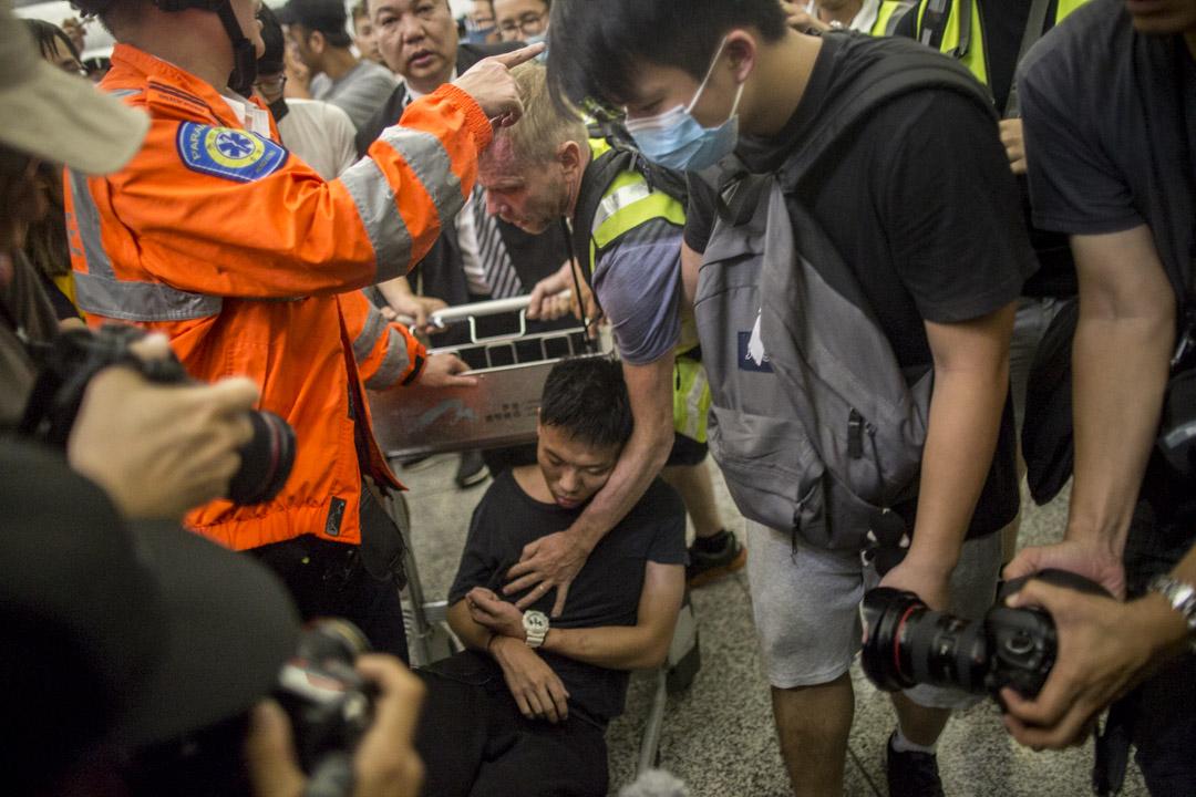 一名被懷疑是公安的內地男子,在機場被示威者制伏在行李車上。