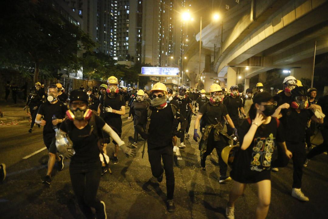 在觀塘道堵路及包圍警署的示威者,於防暴警察到場時全部迅速離場。