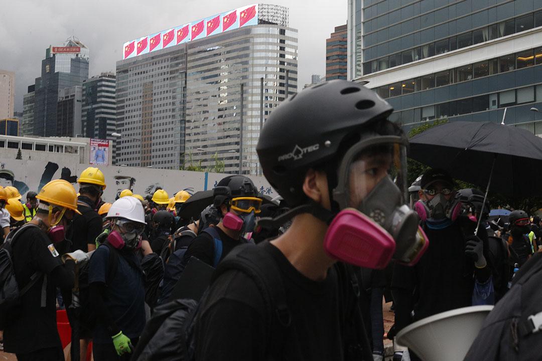 示威者在立法會與龍和道周圍。