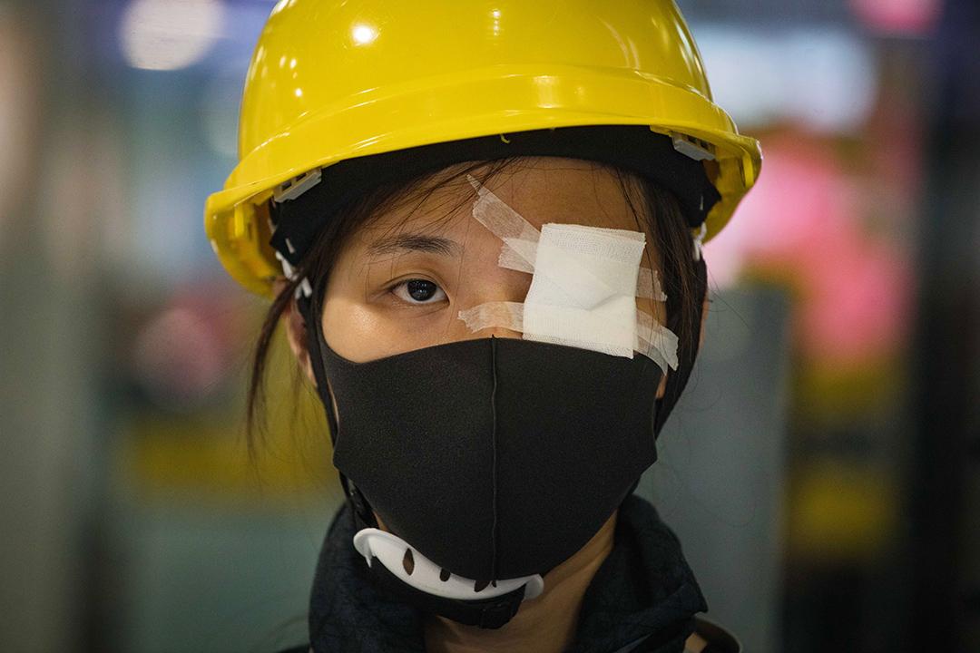 2019年8月12日,香港國際機場舉行集會,參與者為8月11日在尖沙咀衝突期間,右眼疑被警方射傷的女示威者抗議。圖為集會內的示威者。 攝:陳焯煇/端傳媒