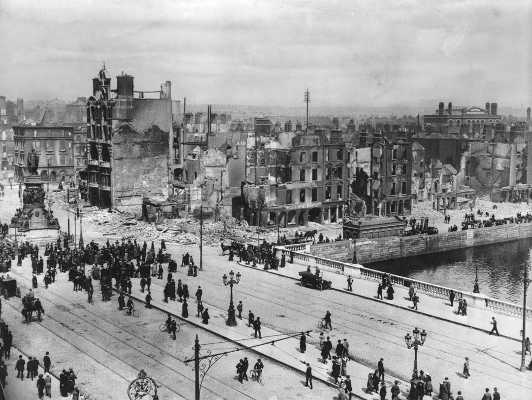 1916年4月24日復活節,一群愛爾蘭人成功佔領了數幢位於包括都柏林郵局的建築物,並對外宣布愛爾蘭獨立,很快在極優勢的英國政權鎮壓下失敗。