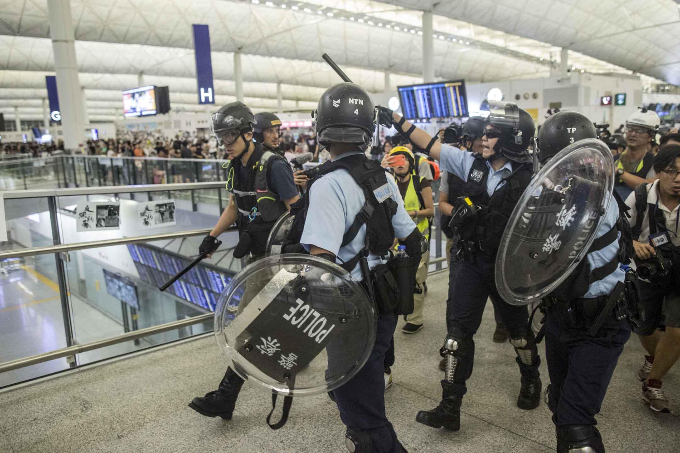 前來機場的警察在示威者的謾罵聲中離開。 攝:林振東/端傳媒