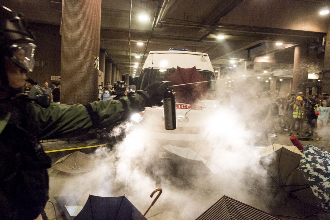 警察向現場市民發射胡椒噴霧。