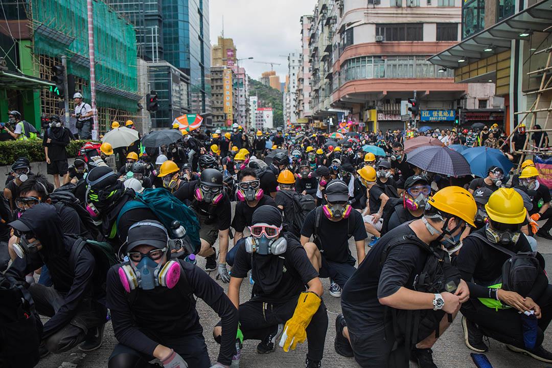2019年8月11日,香港深水埗示威者佔領馬路,並與警方對峙。  攝:陳焯煇/端傳媒