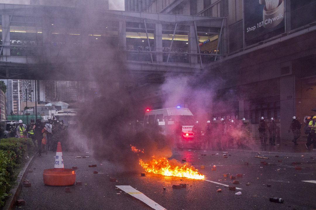 2019年8月25日,荃灣衝突現場,警察防線前有氣油彈著地起火。