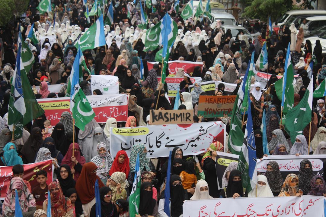 2019年8月8日,巴基斯坦有民眾發起示威遊行,抗議印度政府廢除憲法第370章,賦予克什米爾地區特別地位的章節。