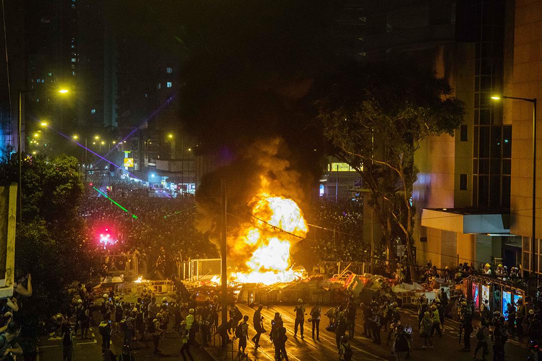 示威者在灣仔警總外的軒尼詩道上縱火。  攝:陳焯煇/端傳媒