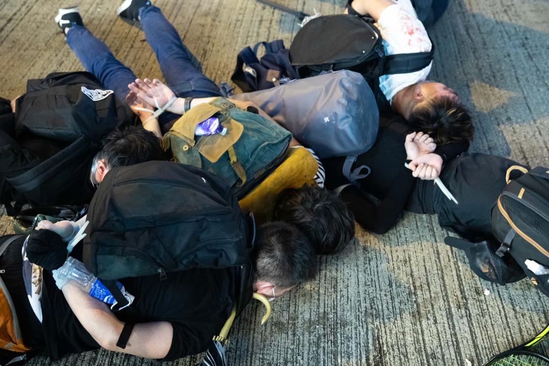 2019年8月11日,銅鑼灣,裝扮成示威者的警察將示威者逮捕。