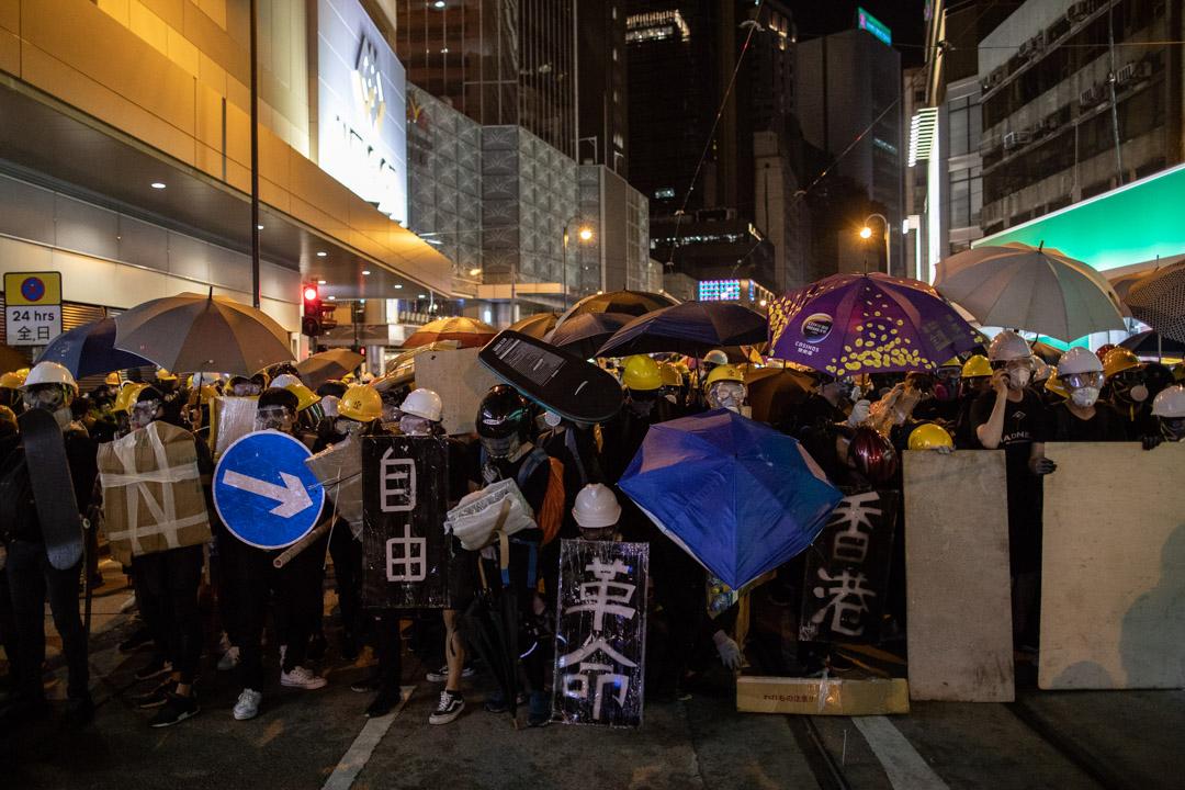 2019年7月28日,示威者在德輔道中與防暴警察對峙。 攝:Stanley Leung/端傳媒