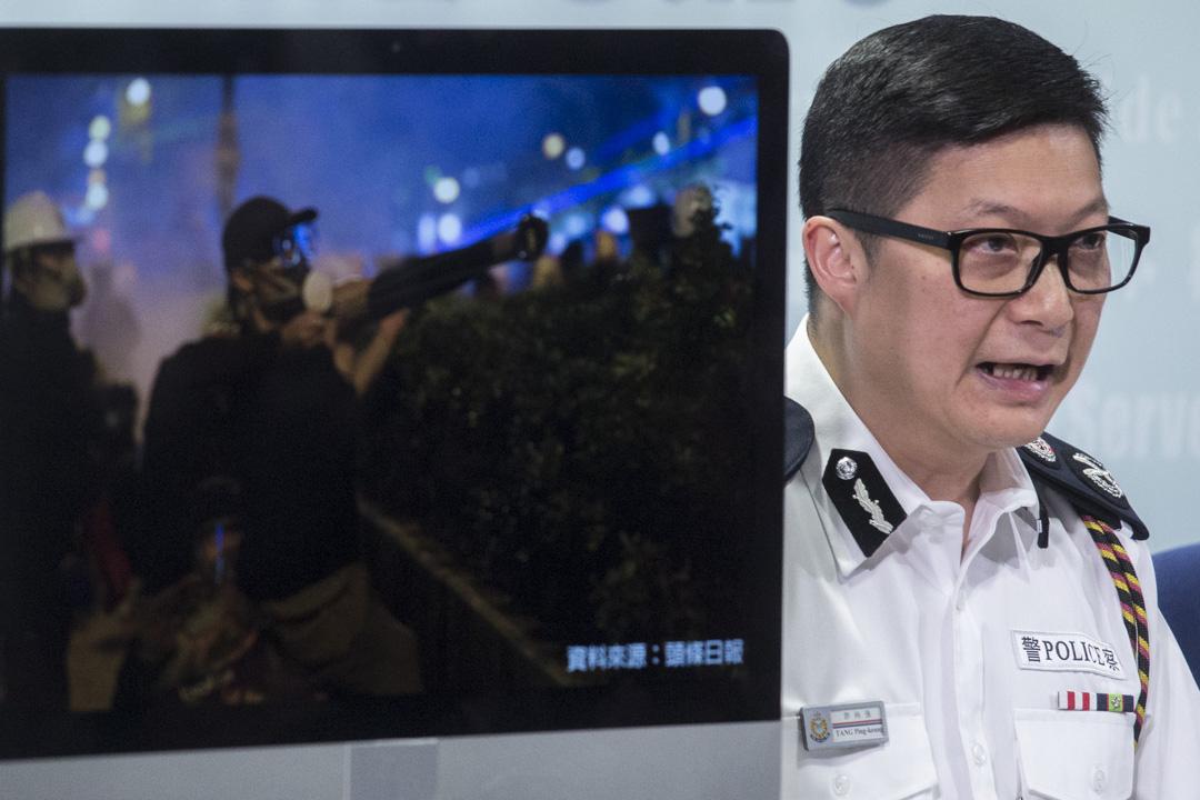 2019年8月12日,警務處副處長(行動)鄧炳強出席警察召開例行記者會,回應有關近日大型示威活動的問題。 攝:林振東/端傳媒