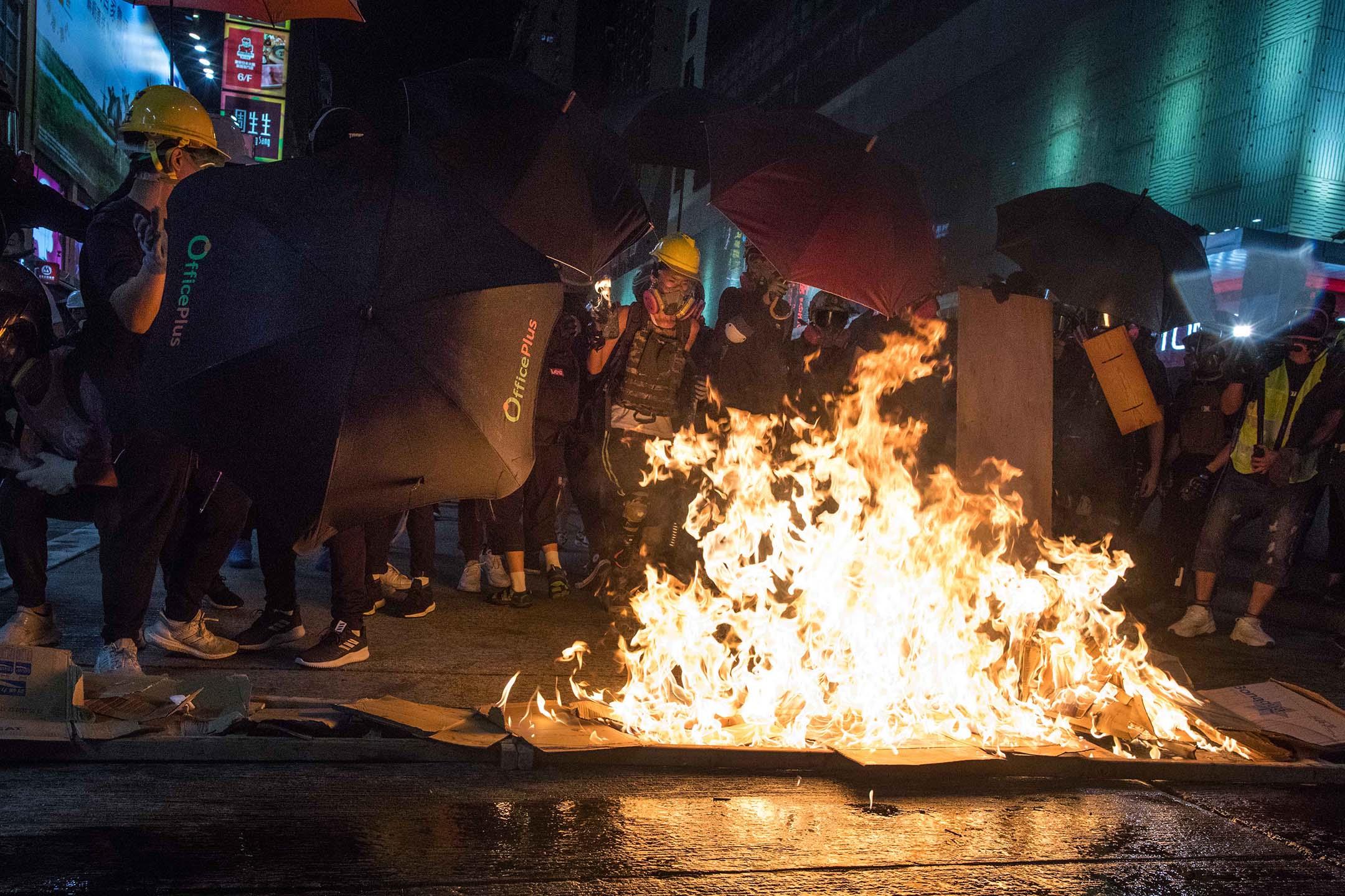 示威者在旺角放火築防線 。