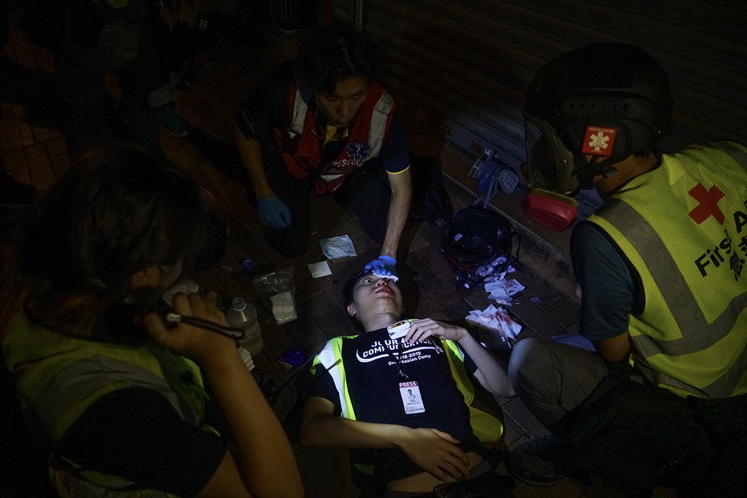2019年8月5日,在深水埗警民衝突中,有記者被催淚彈射中頭部受傷。