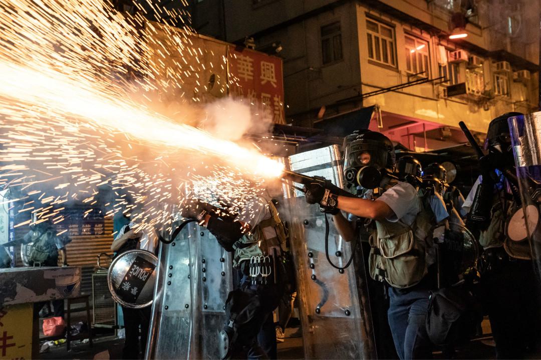 2019年8月15日,香港深水埗,市民街頭舉行「燒衣」活動,警察發射催淚彈驅趕。 攝:Anthony Kwan/Getty Images
