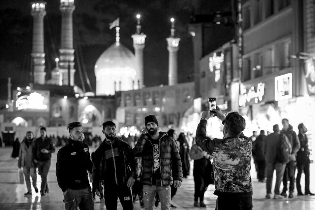 2019年1月15日,市民在伊朗首都德黑蘭街頭拍照。
