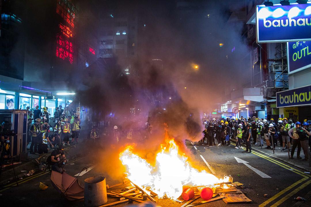 2019年8月4日,示威者在路中心燃燒雜物,近十時,消防員到場把火撲滅。 攝:陳焯煇/端傳媒