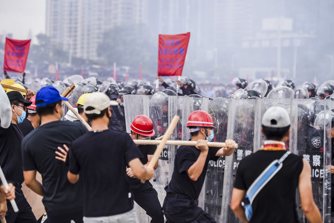 2019年8月6日,深圳公安舉行名為「深圳亮劍」的大規模防暴演習,其中模擬警方防線受大批戴上安全帽及口罩、身穿黑衣、手持木棍的人衝擊。 圖:IC photo