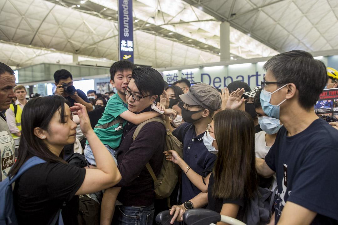 打算離境的一家人,請求示威者放行進入禁區。