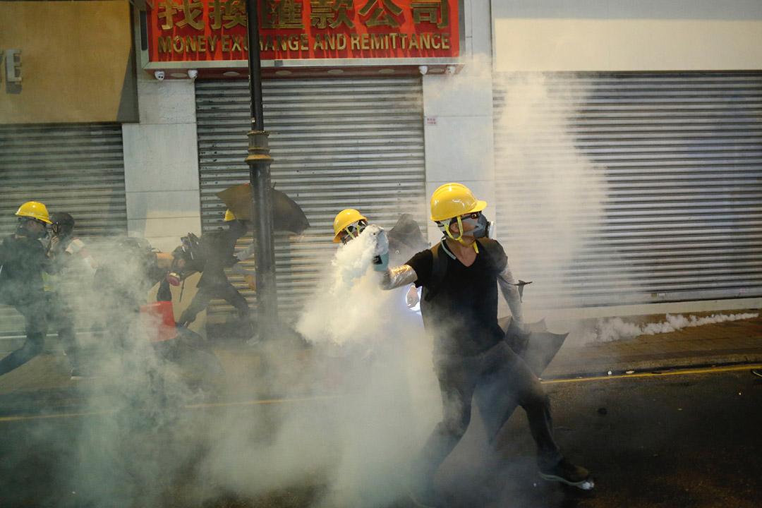 尖沙咀警署外,警方以催淚彈驅散示威者。