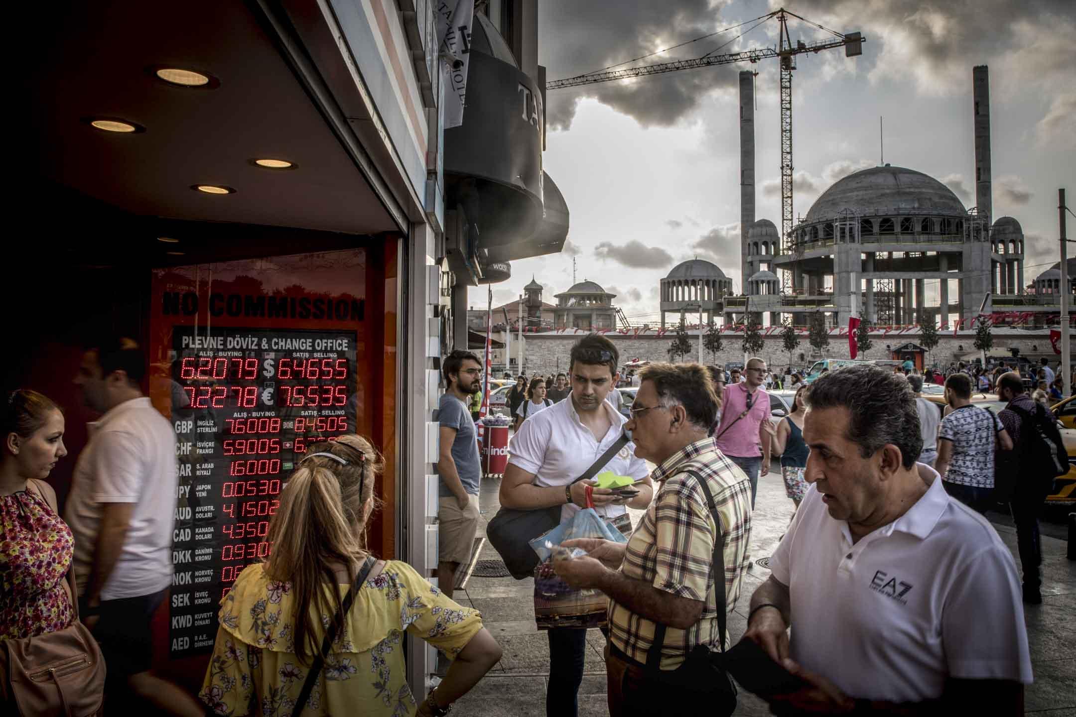 2018年8月29日,人們在土耳其伊斯坦布爾的一間貨幣兌換處兌換貨幣。  攝:Chris McGrath/Getty Images