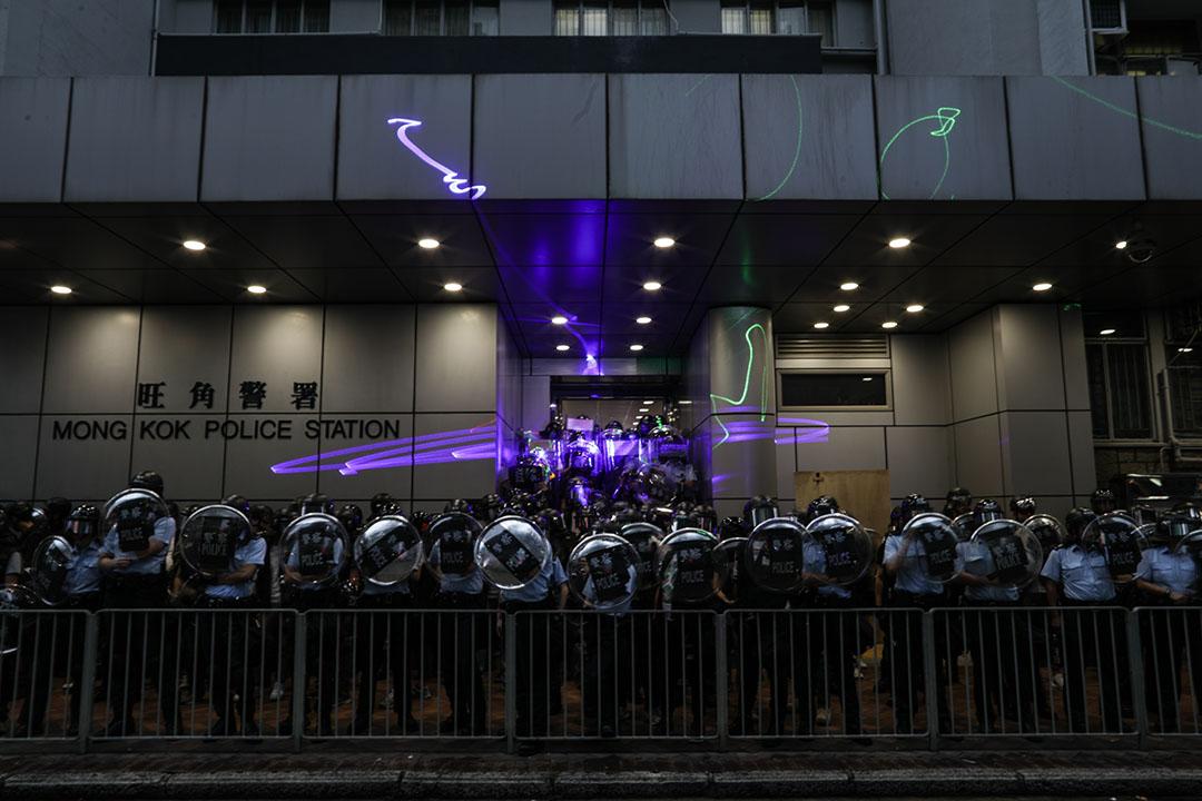 2019年8月17日,香港土瓜灣發起的「光復紅土」遊行,其後示威者聚到旺角警署門前,警察戒備。
