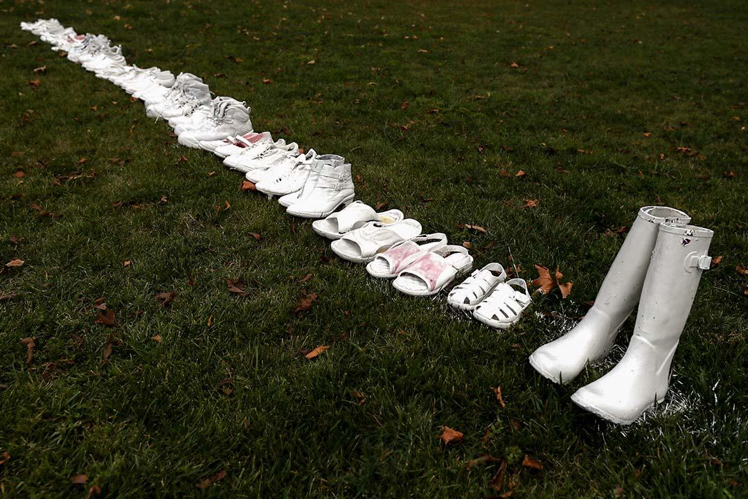 2019年3月18日,五十雙白鞋放置在英國教堂前,以紀念新西蘭基督城槍擊事件失去生命的受害者。