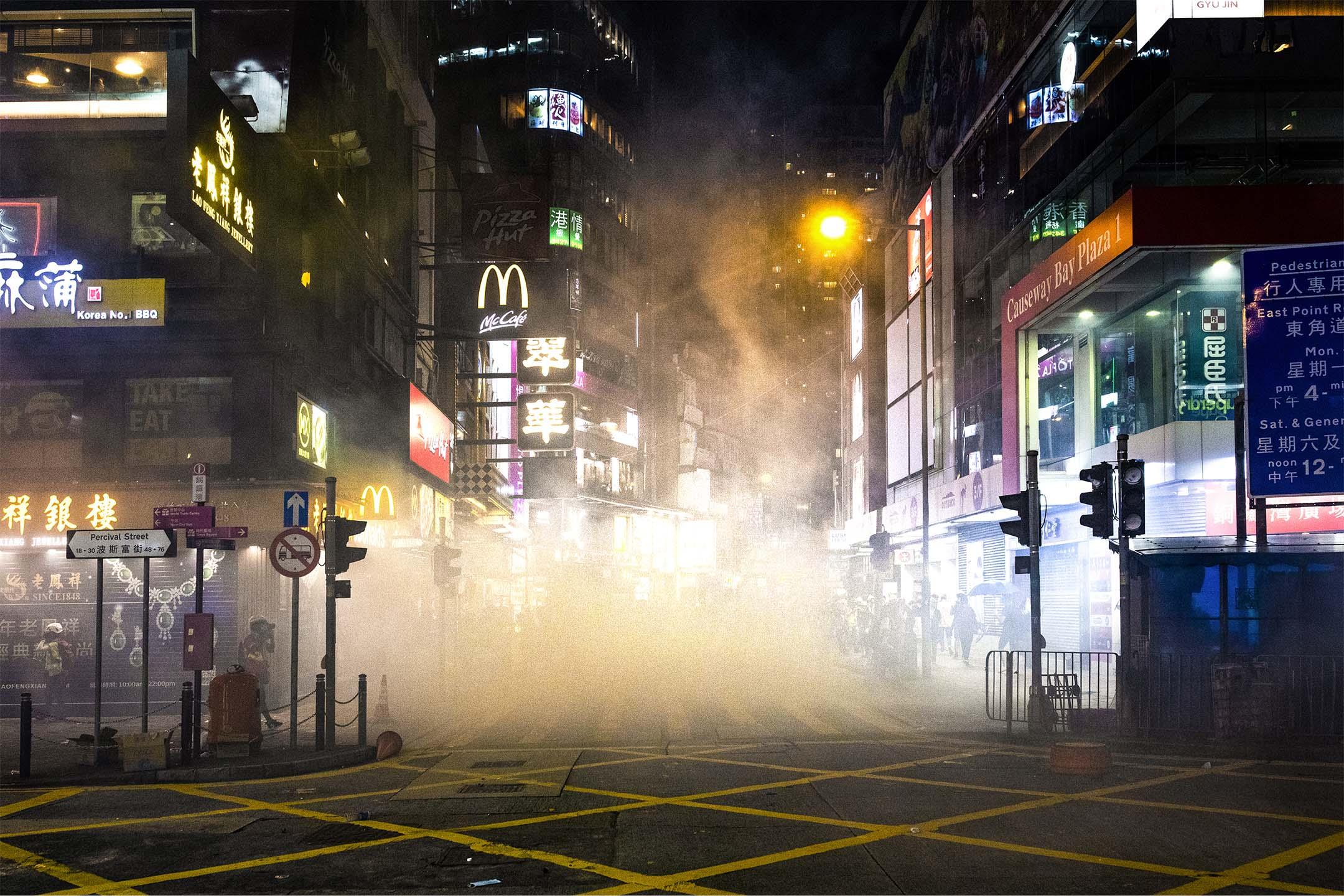 2019年8月4日,防暴警察在銅鑼灣施放催淚彈,驅散佔領馬路的示威者。 攝:陳焯煇/端傳媒