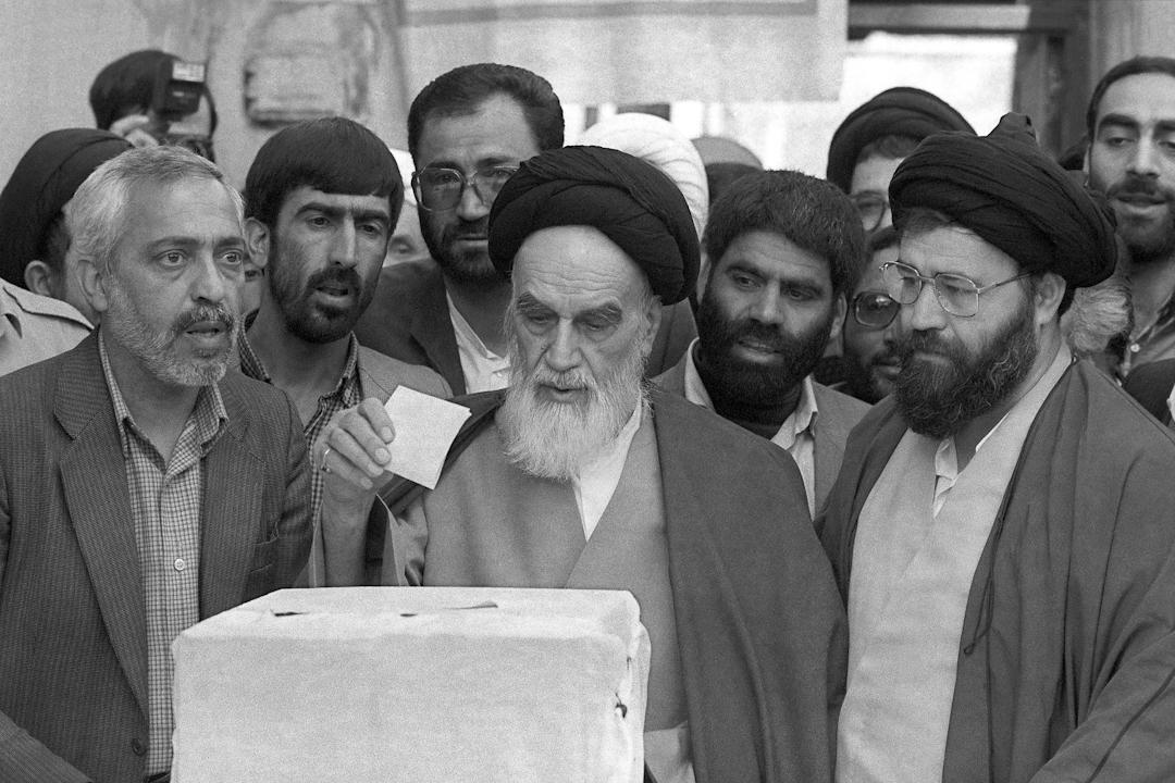 1988年4月8日,伊朗首都德黑蘭北部,霍梅尼在所屬選區為議會選舉投票。 攝:Kaveh Kazemi/Getty Images