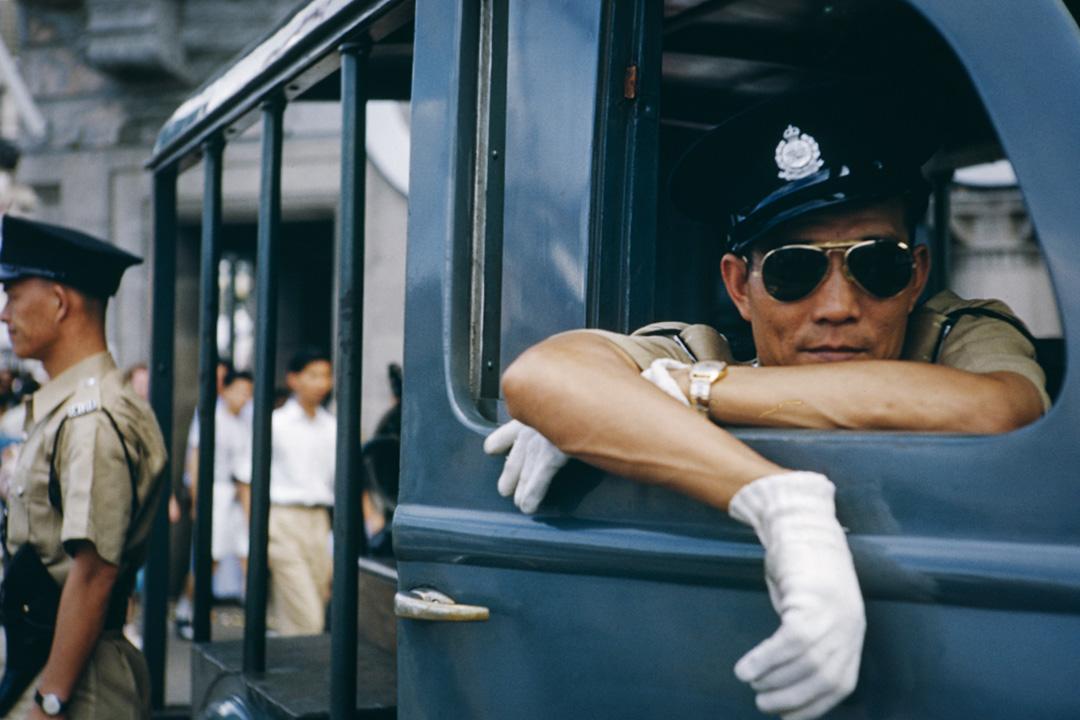 1953年6月1日,香港警察在慶祝女王伊麗莎白二世加冕典禮的巡遊中。