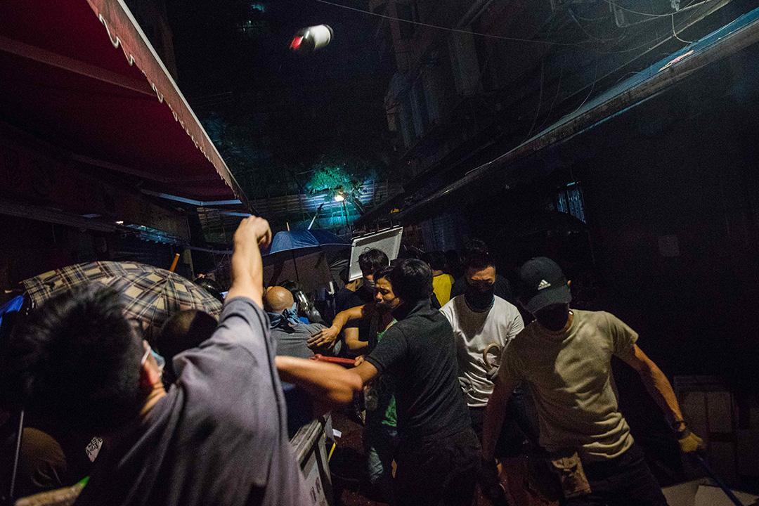 2019年8月12日,荃灣二坡坊有白衣人和黑衣人發生衝突,他們互相投擲玻璃瓶。