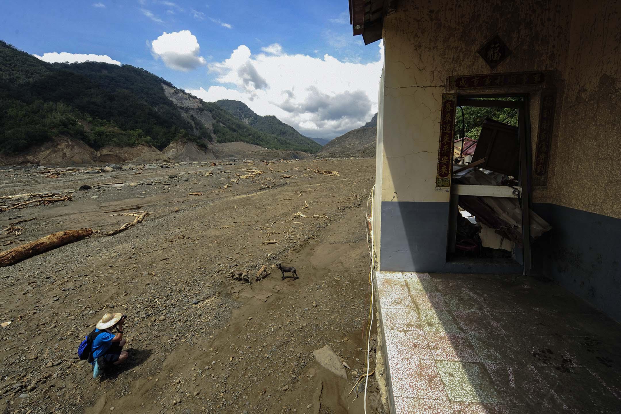 2009年8月14日,八八風災期間台灣高雄縣遭受嚴重破壞的小林村的一棟房屋。 攝:Peter Parks/AFP via Getty Images