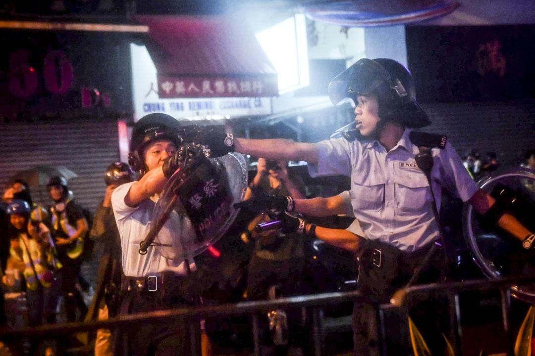 2019年8月25日,荃灣有警員被受到群眾攻擊的情況下開槍示警,並且以槍指向示威者及記者。