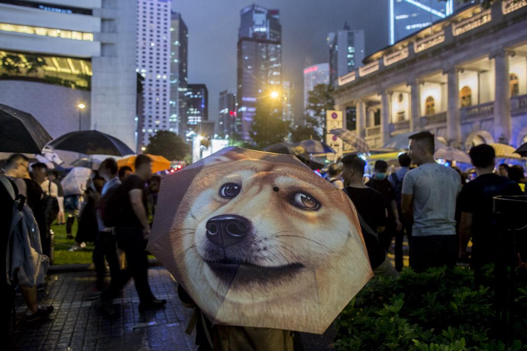 2019年8月2日,香港公務員在中環遮打花園發起的集會,遮打道撐傘參與的市民。