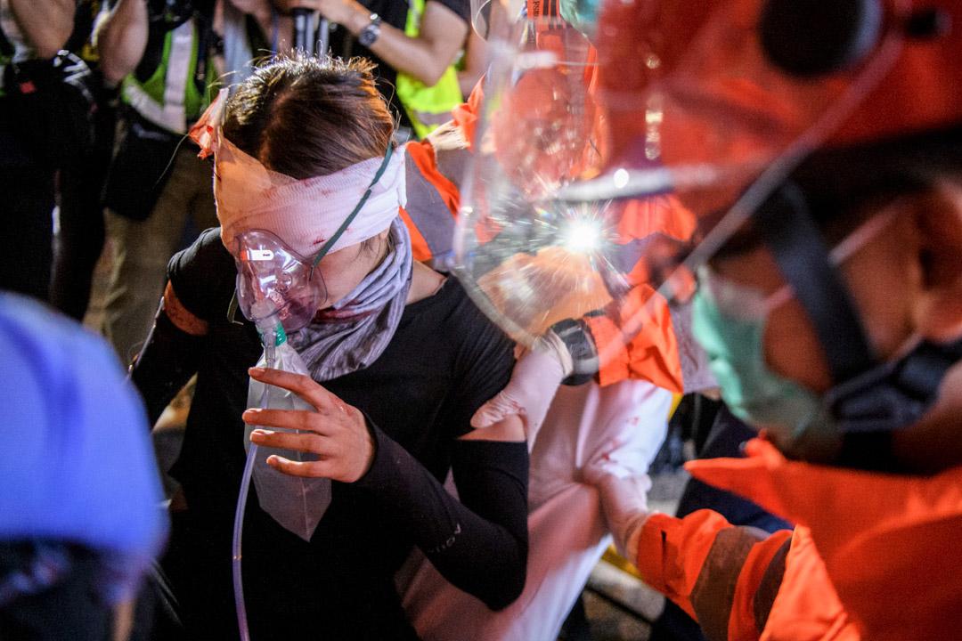 2019年8月11日,香港尖沙咀,一名黑衣女子的右眼被疑似警方發射的武器造成嚴重傷害。 攝:Anthony Wallace/Getty Images