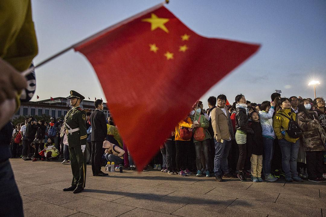 2015年10月1日,人群聚集在北京天安門廣場舉行的升旗儀式上,慶祝中國國慶。 攝:Kevin Frayer/Getty Images
