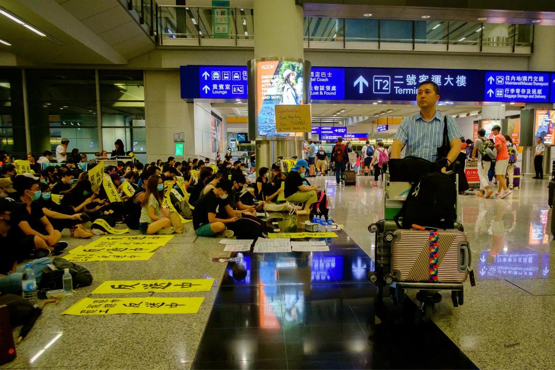 2019年8月5日,香港抗議者在國際機場靜坐抗議,敦促政府響應民意。 攝:Eduardo Leal/Getty Images