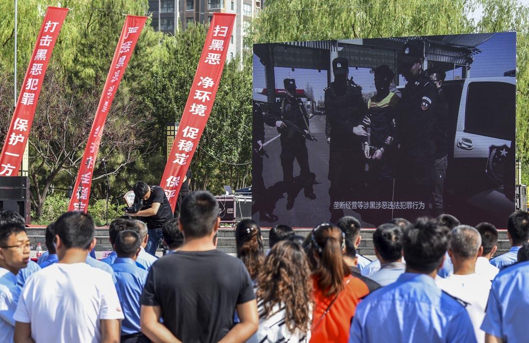 2019年5月25日,河北省張家口市,居民觀看掃黑除惡宣傳片。 圖:IC photo