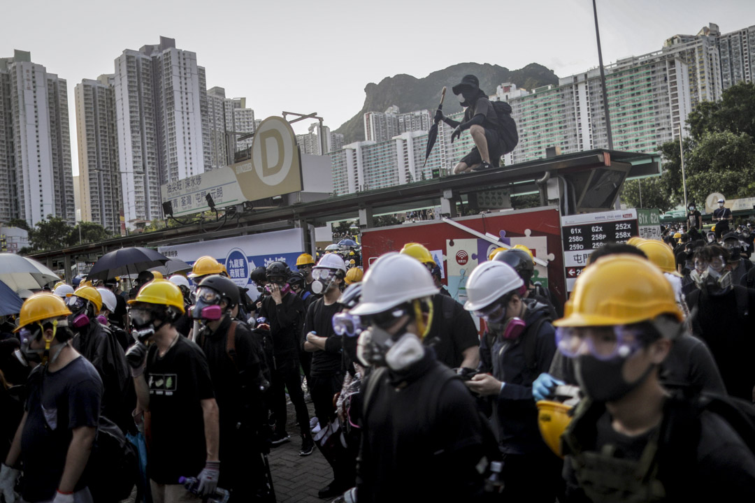 2019年8月5日,示威者在黃大仙與警察對峙。 攝:Stanley Leung/端傳媒