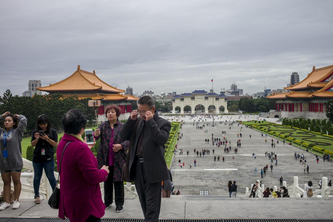 2019年7月31日,中國文化和旅遊部發布通知,決定自2019年8月1日起暫停47個城市大陸居民赴台個人游試點。圖為2017年12月,遊客在台北中正紀念堂。 攝:林振東/端傳媒