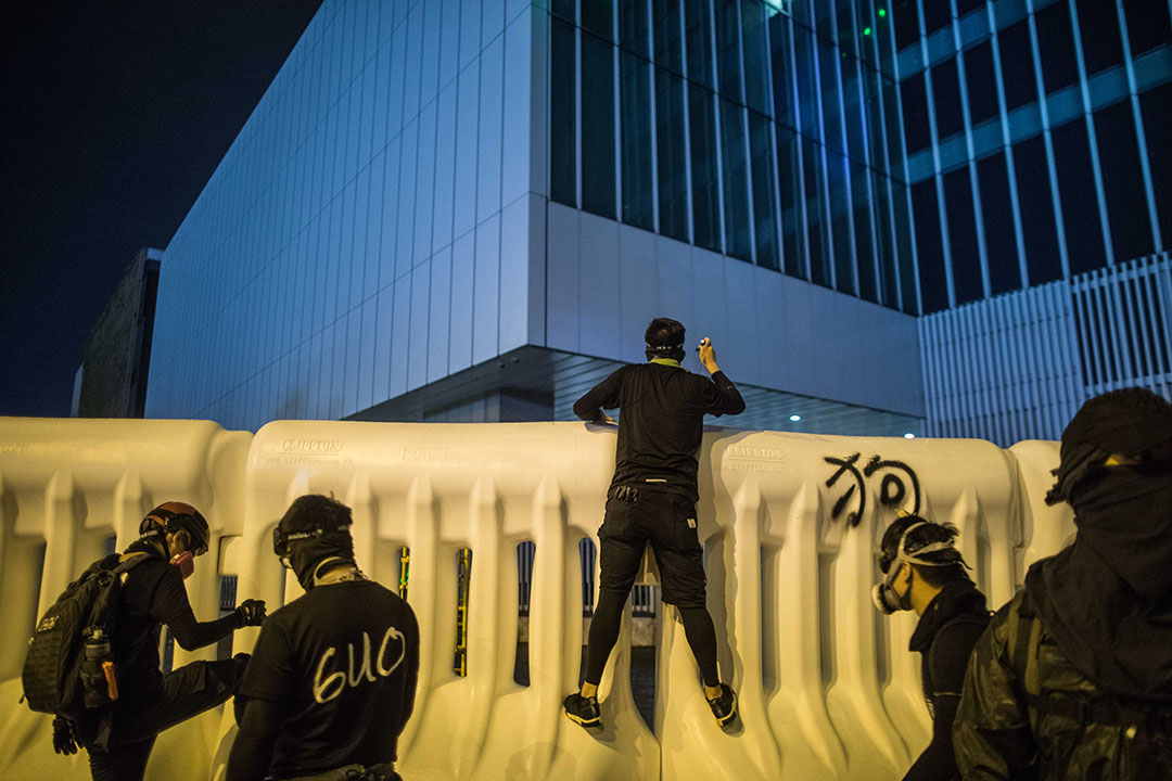 8月18日,夜晚11點金鐘,一名示威者攀上水馬。