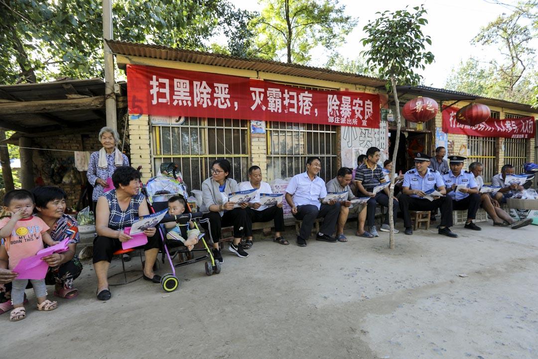 2018年9月4日,山東省一個派出所民警開展「掃黑除惡」宣傳活動,民警向群眾宣傳講解打擊黑惡勢力的相關法律常識。