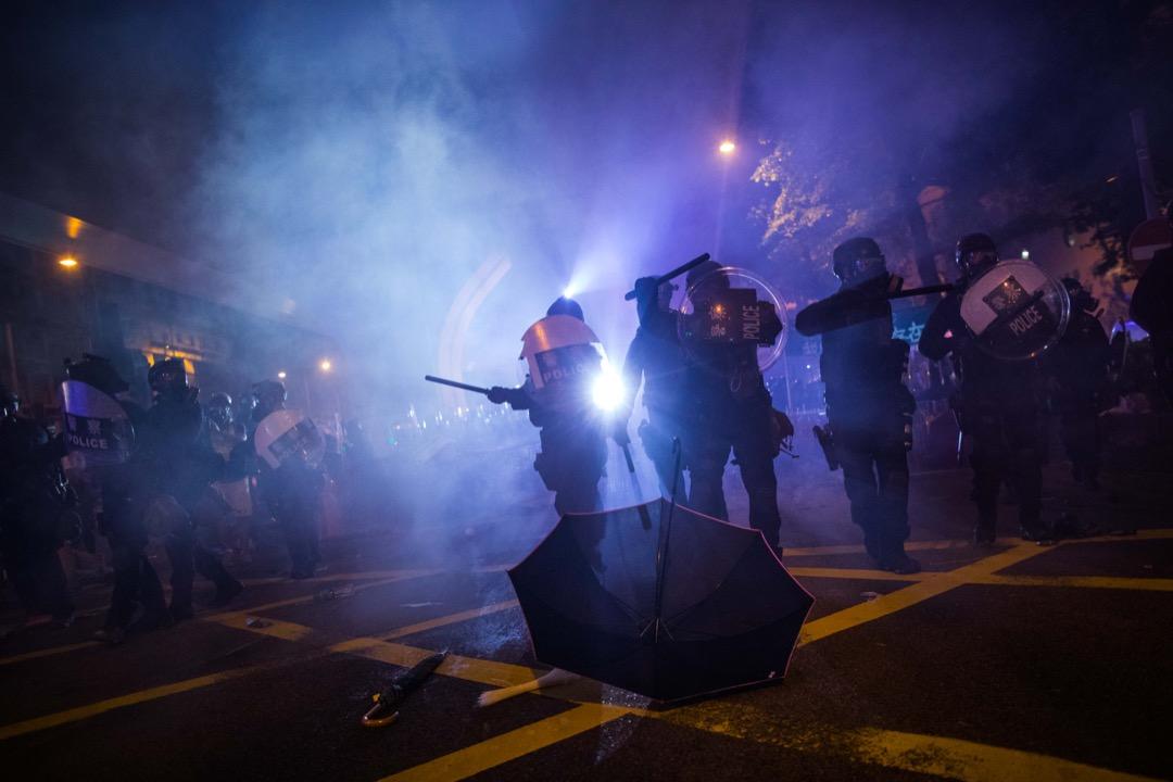 2019年7月21日,防暴警察於上環施放催淚彈,驅散佔領馬路的示威者。 攝:陳焯煇 / 端傳媒