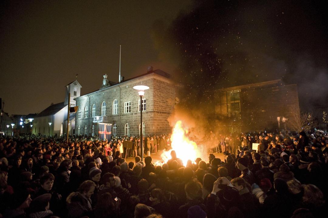 2009年1月20日,冰島首都雷克雅維克,示威者在國會外縱火抗議。