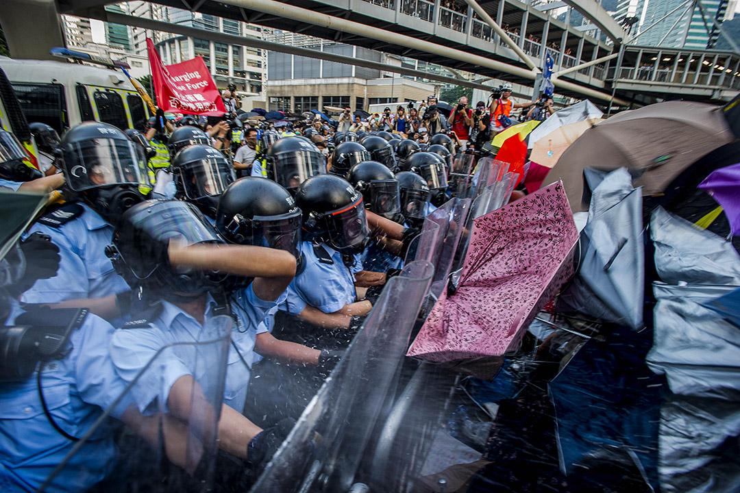 2014年9月28日,香港金鐘政府總部附近的集會上,示威者與警察發生衝突。