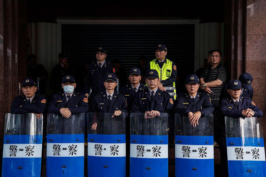 2014年3月26日,警察站立在立法院外,學生抗議者繼續佔領立法院超過一個星期。