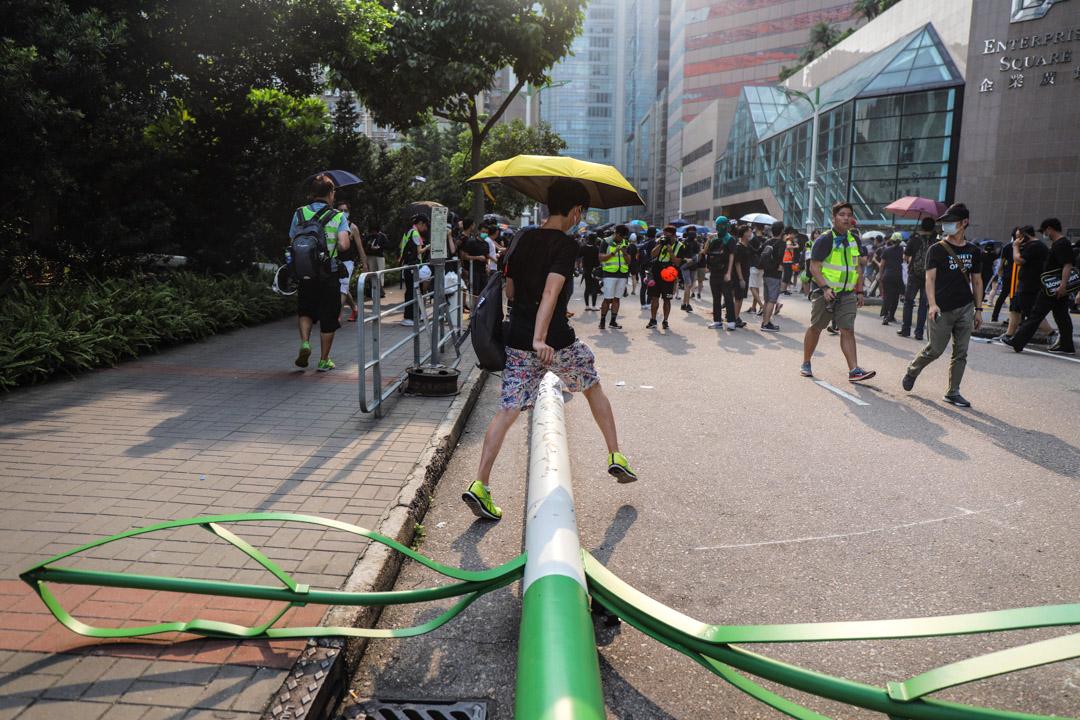觀塘一支智能燈柱被示威者破壞並拉倒。