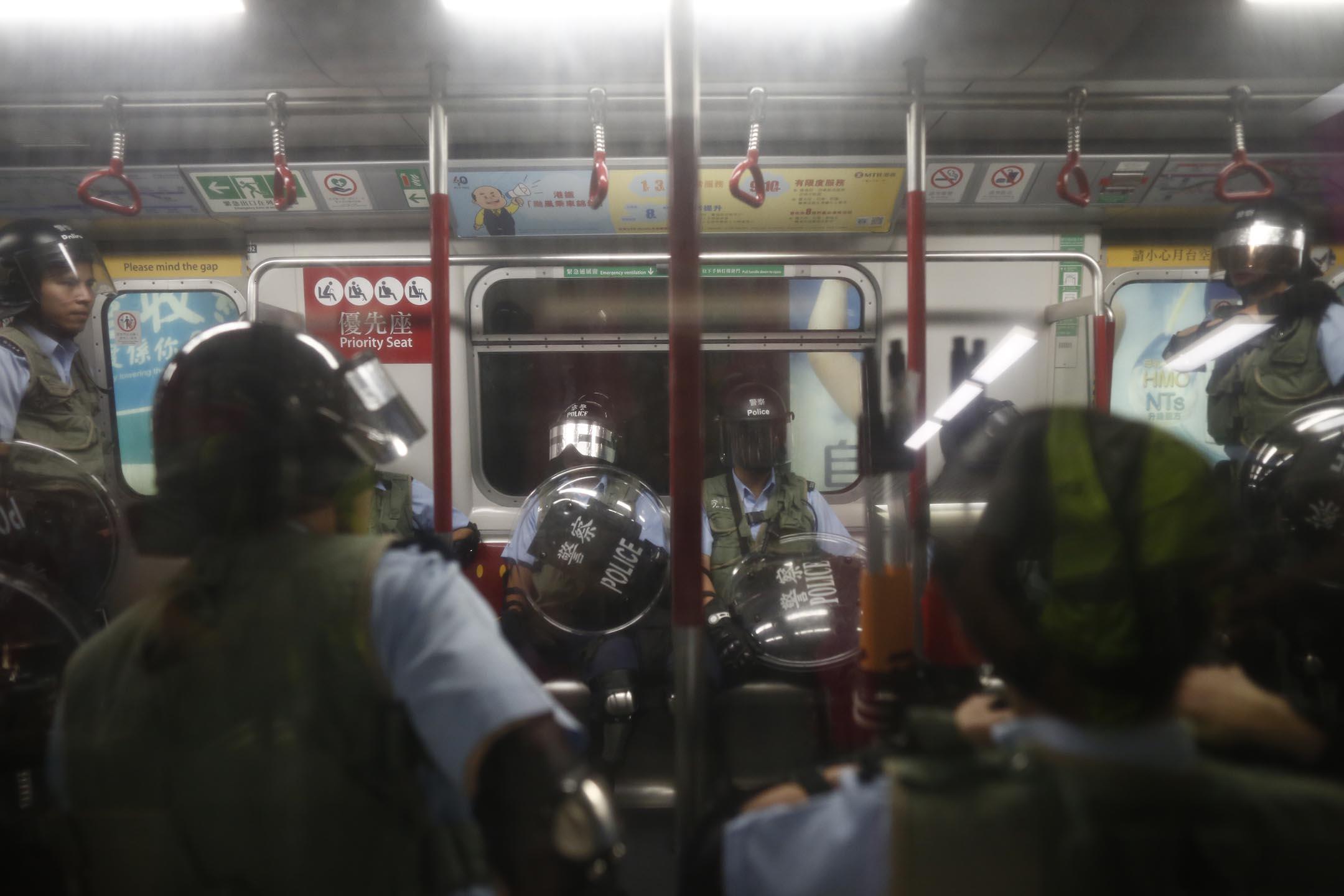 8月31日晚上約10點半,香港警察進入旺角站追捕示威者,驅逐市民下車。