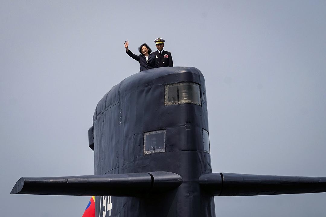 2017年3月21日,台灣總統蔡英文在台灣高雄的海軍基地,在一艘海虎潛艦上揮手致意。