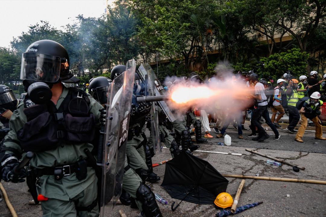 2019年8月24日,「燃點香港,全民覺醒」的觀塘遊行,遊行後警民爆發多輪衝突,警方密集開槍,發射多枚催淚彈、橡膠子彈、海綿彈和胡椒球。