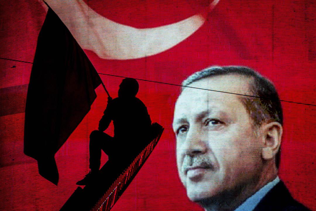 2016年7月18日,土耳其總統埃爾多安的支持者在土耳其安卡拉一個集會現場揮動旗幟。